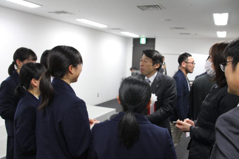 服部副知事と小倉高等学校の皆さん